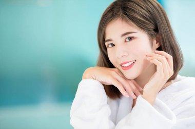 关心皮肤保养的亚洲女性
