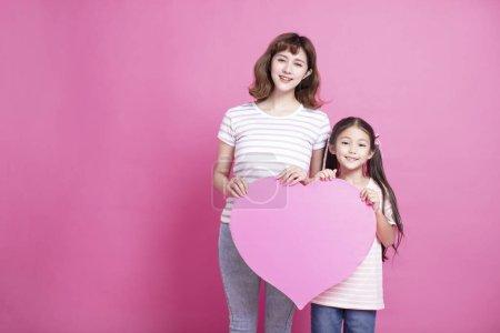 母亲节快乐!妈妈和女儿显示爱的象征