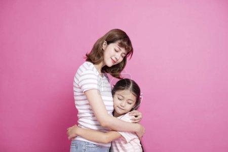 幸福美丽的母亲抱着她的孩子
