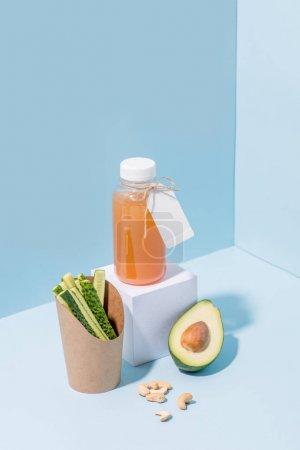 新鲜黄瓜在可堆肥的纸容器与鳄梨,果汁,坚果