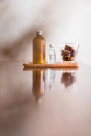 咖啡拿铁立方配咖啡冰块和牛奶
