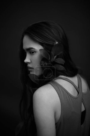 时尚艺术工作室黑白肖像美丽的女孩