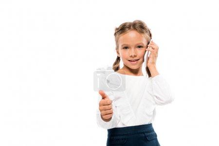 快乐的孩子显示竖起大拇指,而谈论智能手机隔离在白色