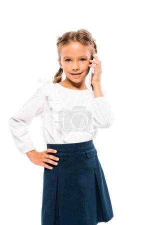 可爱的孩子站在臀部的手和说话的智能手机隔离在白色
