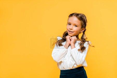 快乐和可爱的孩子看着相机孤立橙色