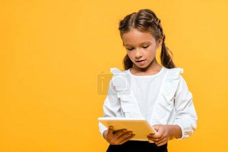 可爱的学童与背包拿着书孤立在橙色