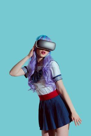 时尚女孩紫色假发使用虚拟现实耳机蓝色隔离
