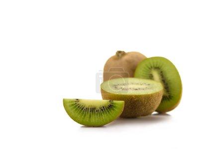 在白色的被安排的新鲜猕猴桃果子的关闭看法