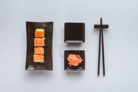 最美味的寿司与鲑鱼, 生姜, 酱油和筷子上的白色隔离
