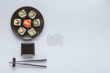 在白色的生姜和筷子的美味寿司的顶级视图