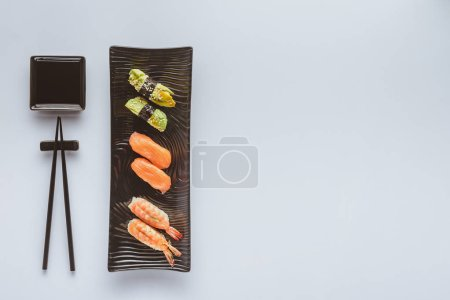 在白色的寿司集和筷子的顶级视图