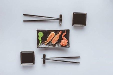 海鲜寿司与虾, 生姜和芥末白色分离的顶级视图