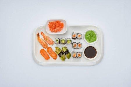 在白色的酱油, 生姜和芥末的美味寿司集的顶级视图