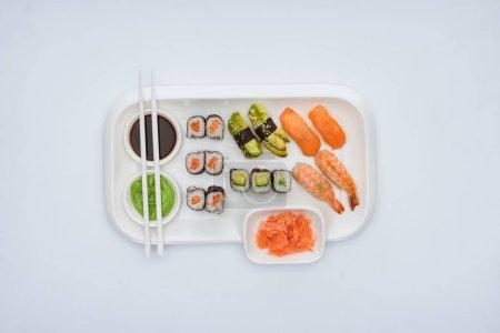 顶级美食寿司套装, 用筷子隔开白色
