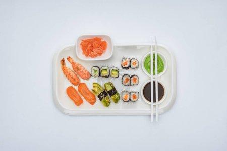 在白色的筷子的美味寿司集的顶级视图