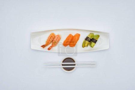 顶级美食寿司, 酱油和筷子, 白色隔离
