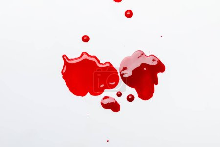 在灰色隔离的红色溢出指甲油的顶部视图