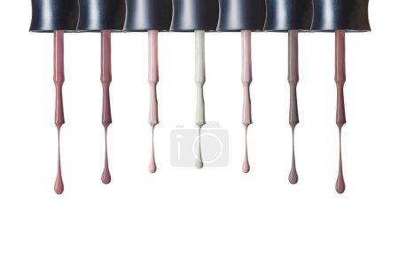 刷子与选择的五颜六色指甲油隔离在白色