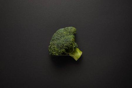 黑色表面上新鲜绿色花椰菜的顶视图