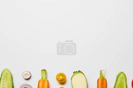 在白色背景上的新鲜切菜的顶部视图与复制空间