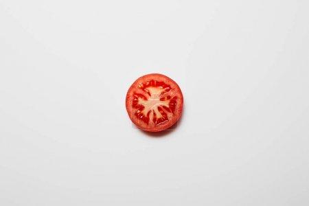 白色背景上新鲜番茄片的顶视图
