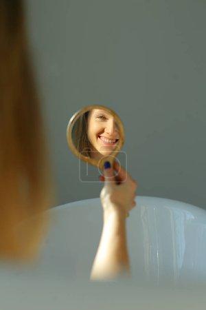 幸福的女人在镜子里