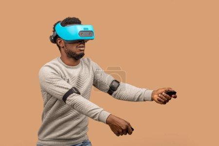 黑衣人戴着 3d vr 眼镜, 玩电子游戏, 手里拿着游戏板