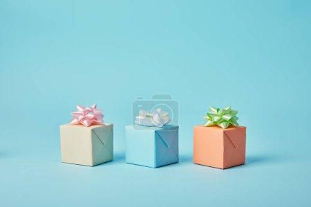 不同的礼物与弓在蓝色背景