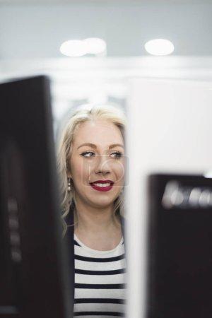 金发女子在工作场所的公社微笑