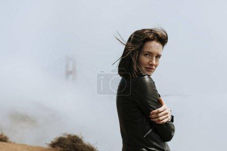 有雾蒙蒙的金门大桥的女人, 旧金山
