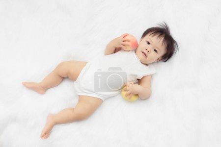 快乐宝贝孩子躺在床上玩