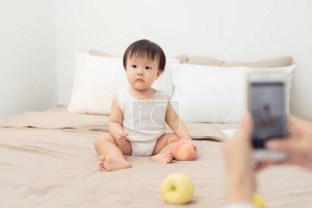 女婴在家里玩玩具的肖像