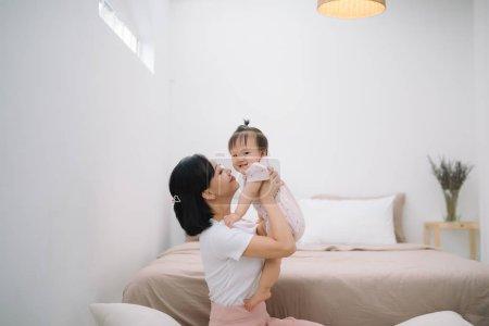 亚洲母亲和孩子放松在卧室