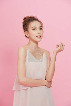 美丽的年轻女子干净新鲜的皮肤。面部护理。面部治疗