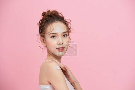 年轻美丽的亚洲女人,皮肤清澈清新.面部护理、面部护理、美容、美容、健康皮肤及化妆品概念.