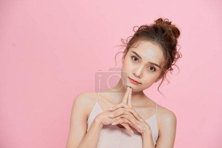 美丽的亚洲女人,用洁白清新的肌肤触摸柔软的面颊微笑