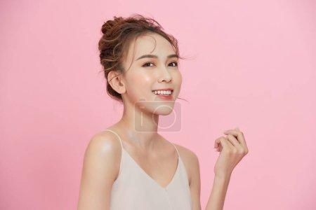 粉红背景的亚洲美女形象