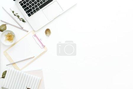 平躺家庭办公办公桌工作区与笔记本电脑, 笔记本和剪贴板在白色背景。顶部视图最小模拟向上模板.