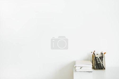笔记本、白色桌面上的文具。现代室内设计理念.