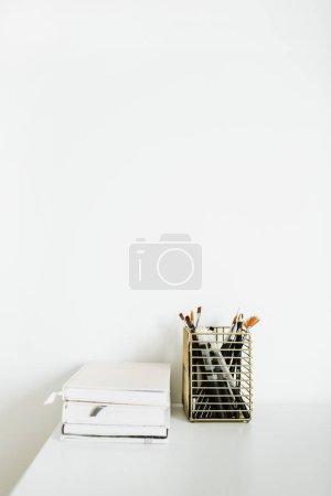 笔记本、白色桌面上的文具.